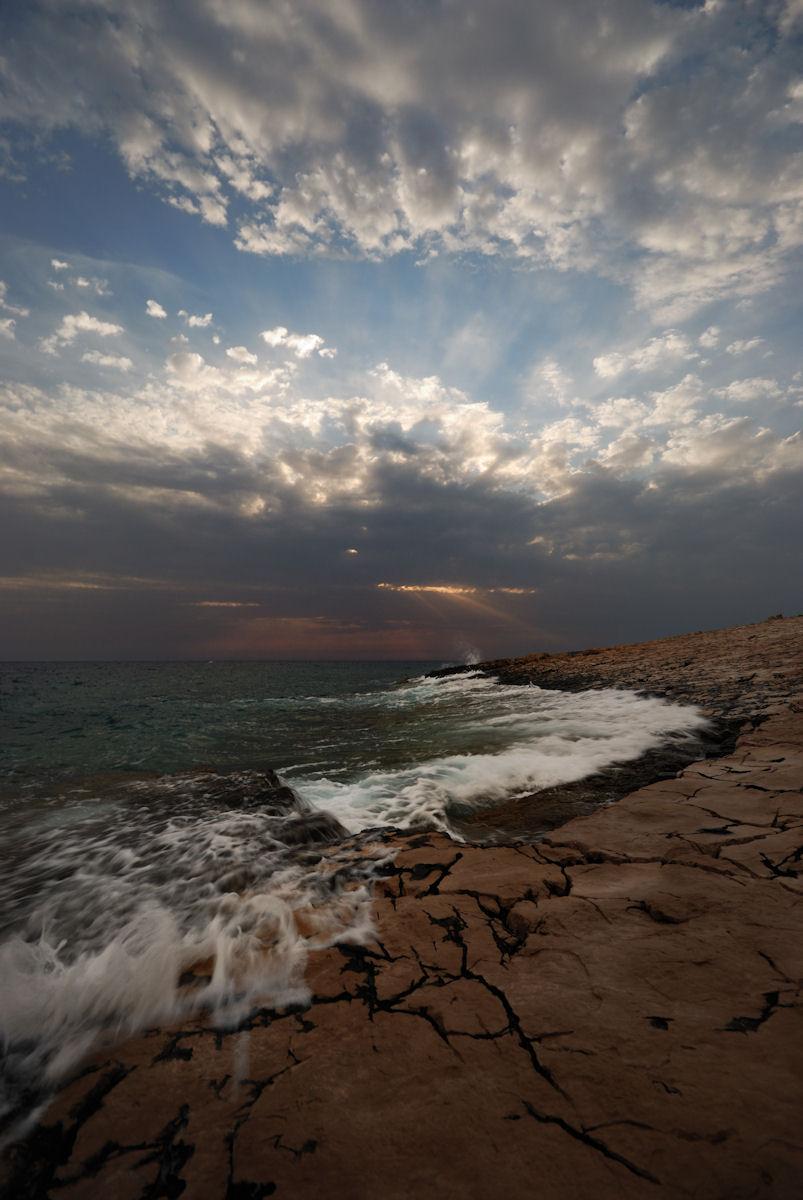 Dan sa tamnim oblacima i prekidima između