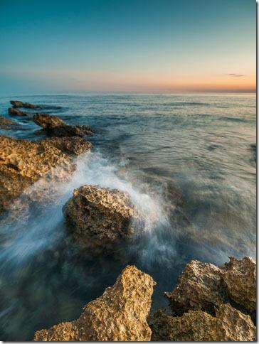 Val se razbija na stijeni
