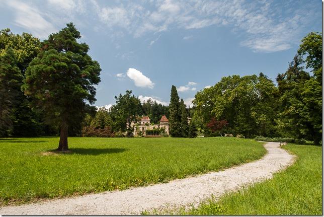 Pogled na dvorac iz parka